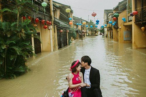Ấn tượng với bộ ảnh cưới giữa cảnh mưa lũ ở Hội An của cặp đôi Sài Gòn - Ảnh 4