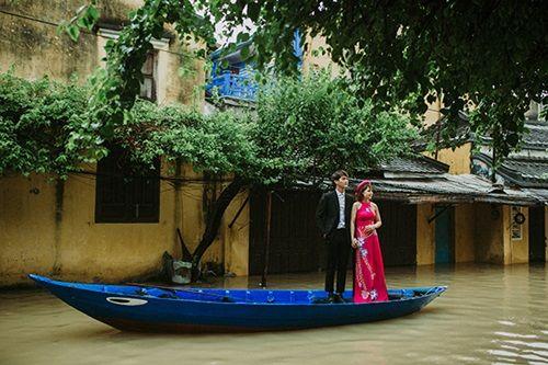 Ấn tượng với bộ ảnh cưới giữa cảnh mưa lũ ở Hội An của cặp đôi Sài Gòn - Ảnh 8