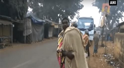 Cha vác thi thể con gái đi bộ hơn 10km về nhà - Ảnh 1