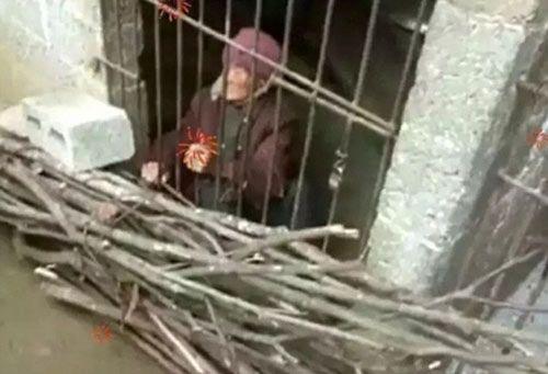 Con trai và con dâu nhốt mẹ già 92 tuổi trong phòng như chuồng lợn gây phẫn nộ - Ảnh 2