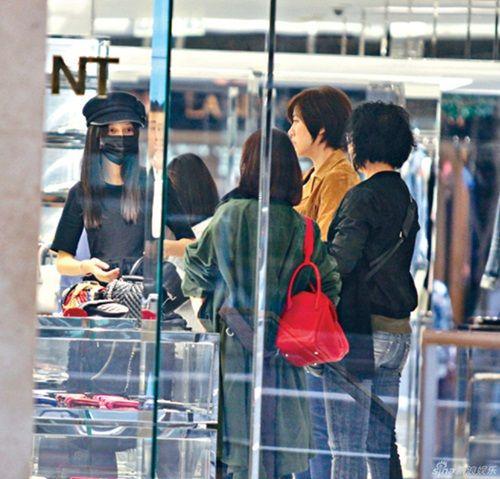 Hình ảnh Angelababy gầy mảnh mai bế bụng bầu tháng cuối đi mua sắm - Ảnh 3
