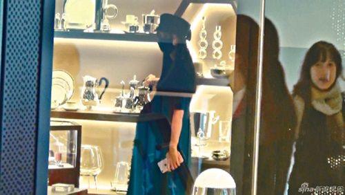 Hình ảnh Angelababy gầy mảnh mai bế bụng bầu tháng cuối đi mua sắm - Ảnh 2