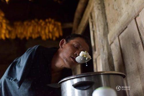 Video: Con trai tật nguyền dùng miệng bón thức ăn cho mẹ già 91 tuổi - Ảnh 2