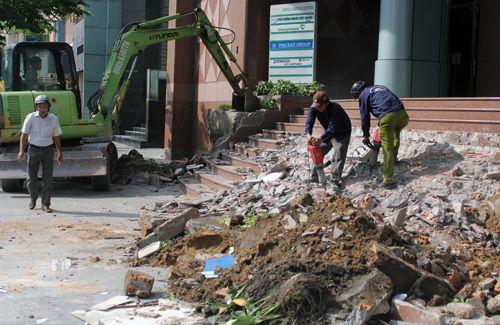 Ông Đoàn Ngọc Hải kiên quyết đập thềm tòa nhà công ty Nhà nước trên phố đi bộ - Ảnh 2
