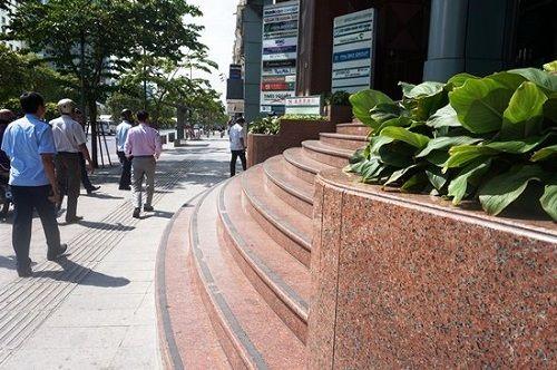 Ông Đoàn Ngọc Hải kiên quyết đập thềm tòa nhà công ty Nhà nước trên phố đi bộ - Ảnh 1