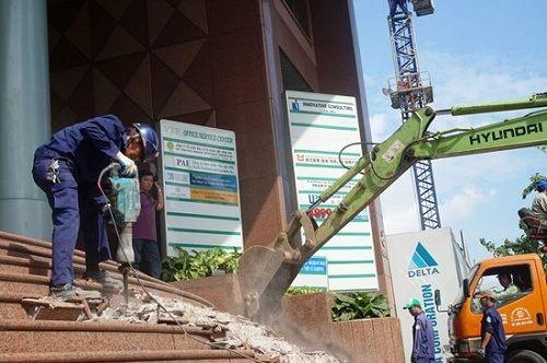 Ông Đoàn Ngọc Hải kiên quyết đập thềm tòa nhà công ty Nhà nước trên phố đi bộ - Ảnh 4