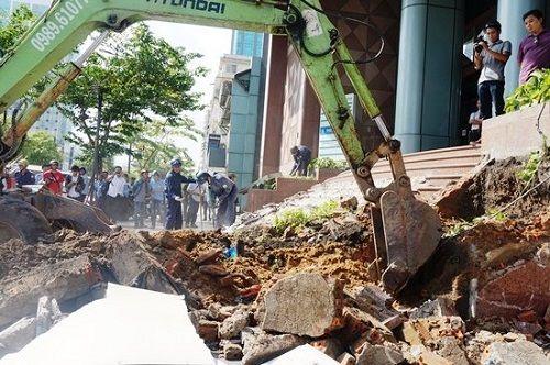 Ông Đoàn Ngọc Hải kiên quyết đập thềm tòa nhà công ty Nhà nước trên phố đi bộ - Ảnh 5