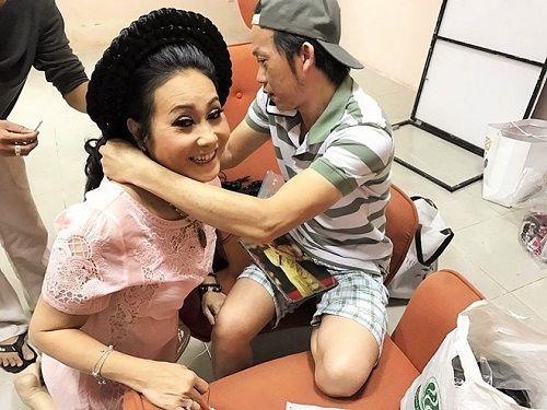 Hoài Linh tặng vòng cổ trầm hương giá chục triệu cho nghệ sĩ Thanh Hằng - Ảnh 1