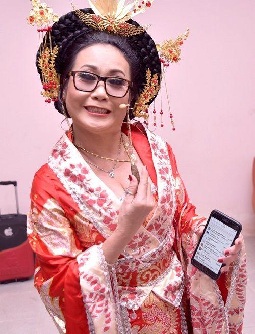 Hoài Linh tặng vòng cổ trầm hương giá chục triệu cho nghệ sĩ Thanh Hằng - Ảnh 2