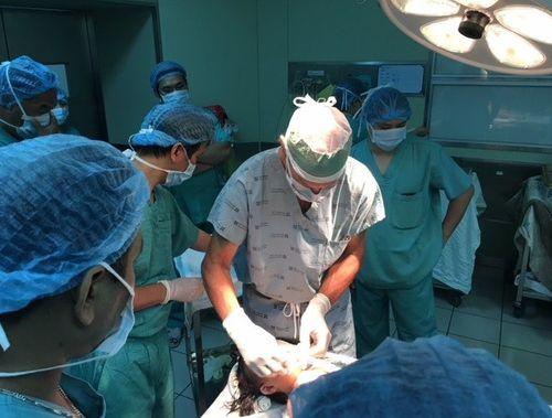 """Bác sỹ Mỹ có """"bàn tay vàng"""" phẫu thuật thành công khối u quái khủng trên mặt bệnh nhân Việt - Ảnh 1"""