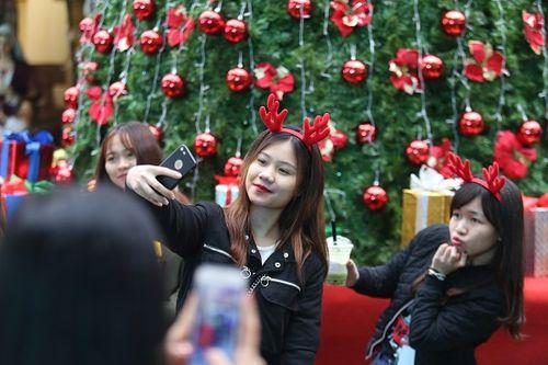 Giới trẻ Hà Thành hào hứng với tham dự hội chợ Giáng sinh 2018 - Ảnh 5