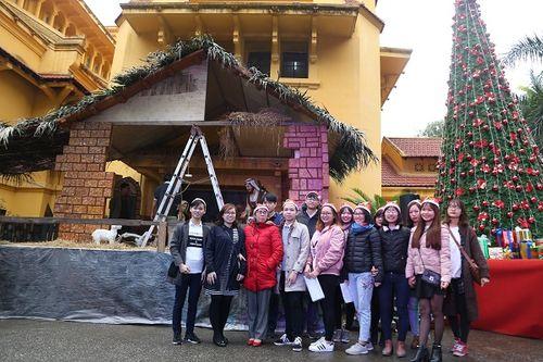 Giới trẻ Hà Thành hào hứng với tham dự hội chợ Giáng sinh 2018 - Ảnh 4