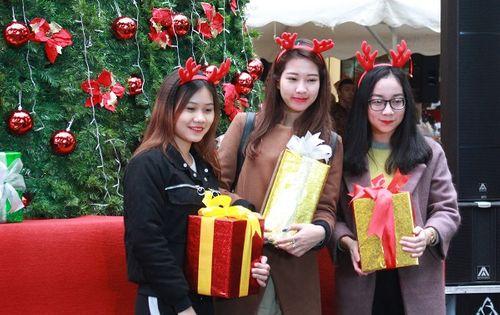 Giới trẻ Hà Thành hào hứng với tham dự hội chợ Giáng sinh 2018 - Ảnh 9