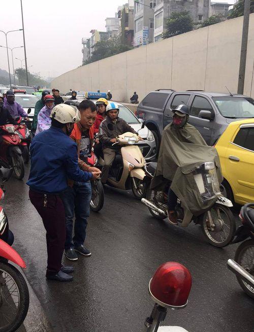 Hàng chục xe máy đang đổ la liệt trong hầm chui Kim Liên - Ảnh 4