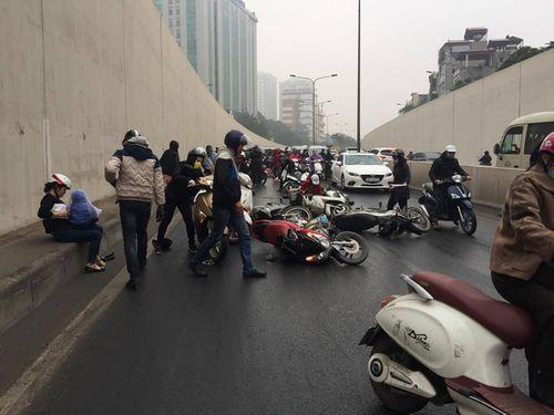 Hàng chục xe máy đang đổ la liệt trong hầm chui Kim Liên - Ảnh 6