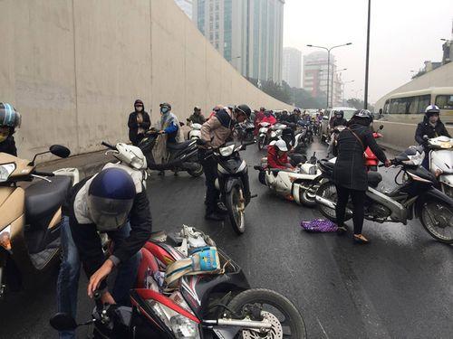 Hàng chục xe máy đang đổ la liệt trong hầm chui Kim Liên - Ảnh 9