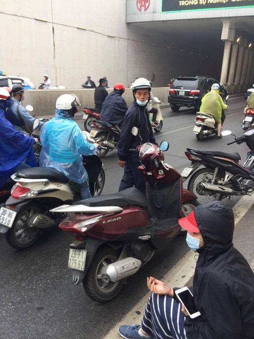 Hàng chục xe máy đang đổ la liệt trong hầm chui Kim Liên - Ảnh 7