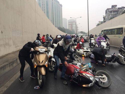 Hàng chục xe máy đang đổ la liệt trong hầm chui Kim Liên - Ảnh 5