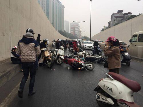 Hàng chục xe máy đang đổ la liệt trong hầm chui Kim Liên - Ảnh 11