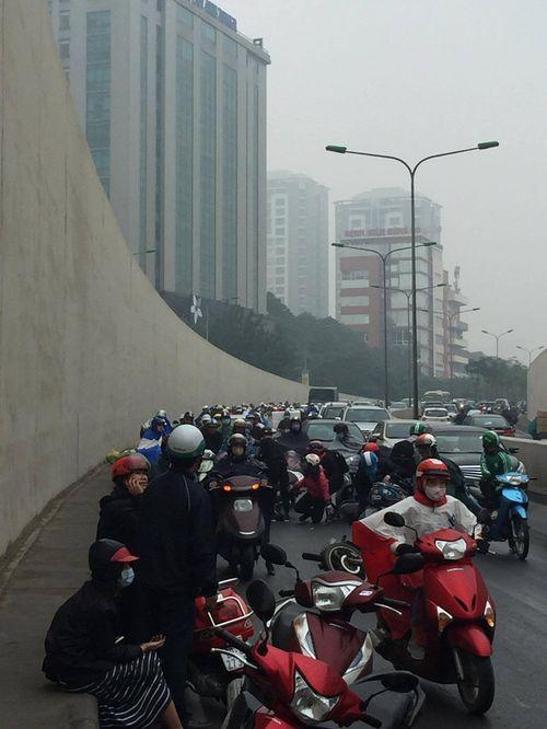 Hàng chục xe máy đang đổ la liệt trong hầm chui Kim Liên - Ảnh 13