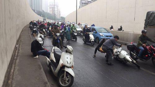 Hàng chục xe máy đang đổ la liệt trong hầm chui Kim Liên - Ảnh 12