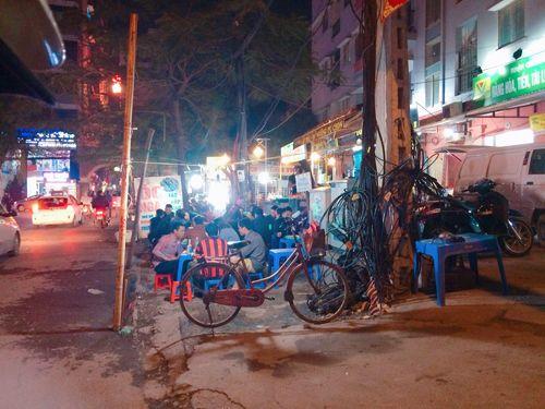 Vỉa hè Hà Nội vẫn tấp nập hàng quán khi lực lượng chức năng vắng bóng - Ảnh 11