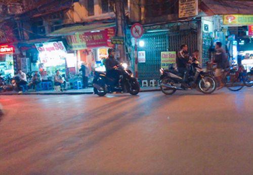 Vỉa hè Hà Nội vẫn tấp nập hàng quán khi lực lượng chức năng vắng bóng - Ảnh 12