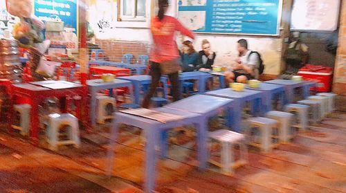 Vỉa hè Hà Nội vẫn tấp nập hàng quán khi lực lượng chức năng vắng bóng - Ảnh 15