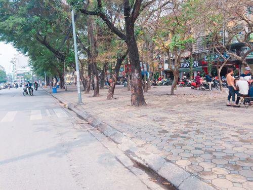 Vỉa hè Hà Nội vẫn tấp nập hàng quán khi lực lượng chức năng vắng bóng - Ảnh 18