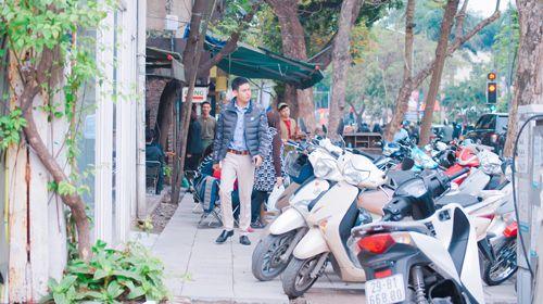 Vỉa hè Hà Nội vẫn tấp nập hàng quán khi lực lượng chức năng vắng bóng - Ảnh 2