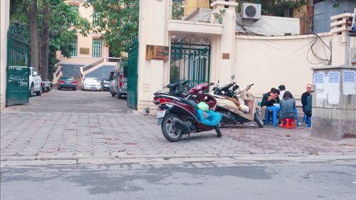 Vỉa hè Hà Nội vẫn tấp nập hàng quán khi lực lượng chức năng vắng bóng - Ảnh 4