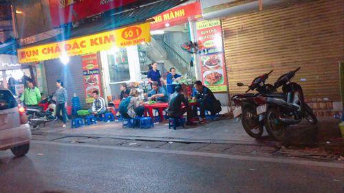 Vỉa hè Hà Nội vẫn tấp nập hàng quán khi lực lượng chức năng vắng bóng - Ảnh 6