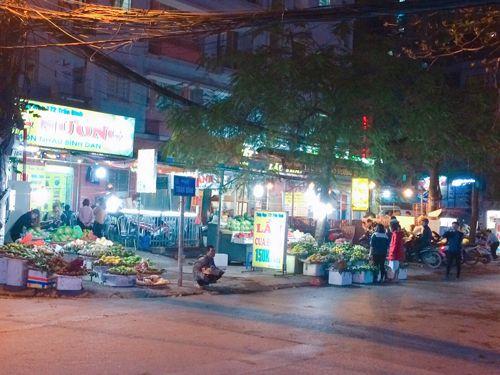 Vỉa hè Hà Nội vẫn tấp nập hàng quán khi lực lượng chức năng vắng bóng - Ảnh 8