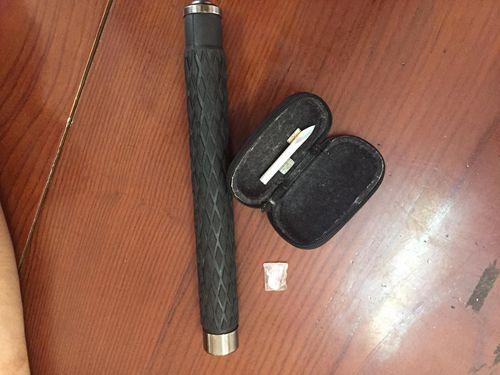 Hà Nội: Bắt cặp đôi mang theo gậy 3 khúc và ma túy đá - Ảnh 2