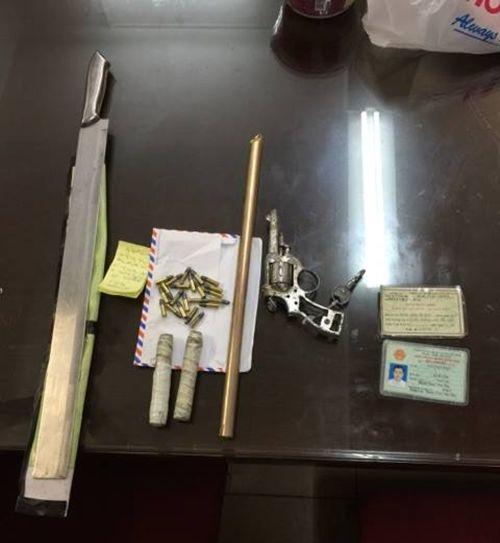 Hà Nội: Bắt giữ 2 đối tượng mang theo súng colt tự chế cùng 30 viện đạn - Ảnh 1