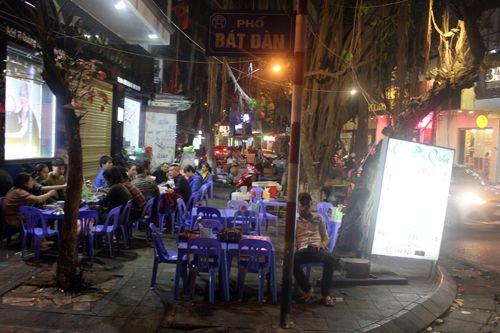 """Quán bia, hàng ăn đang """"bức tử"""" vỉa hè Hà Nội (Phần 2) - Ảnh 3"""