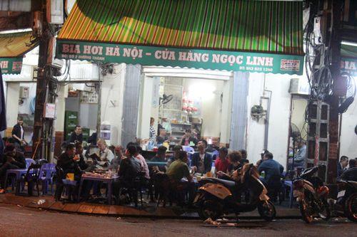 """Quán bia, hàng ăn đang """"bức tử"""" vỉa hè Hà Nội (Phần 2) - Ảnh 1"""