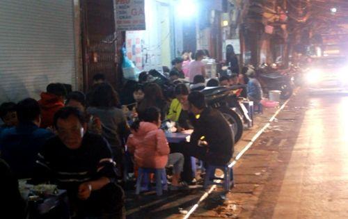 """Quán bia, hàng ăn đang """"bức tử"""" vỉa hè Hà Nội (Phần 2) - Ảnh 13"""