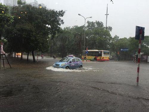 Mưa lớn, nhiều nơi ở Hà Nội chìm trong biển nước - Ảnh 1