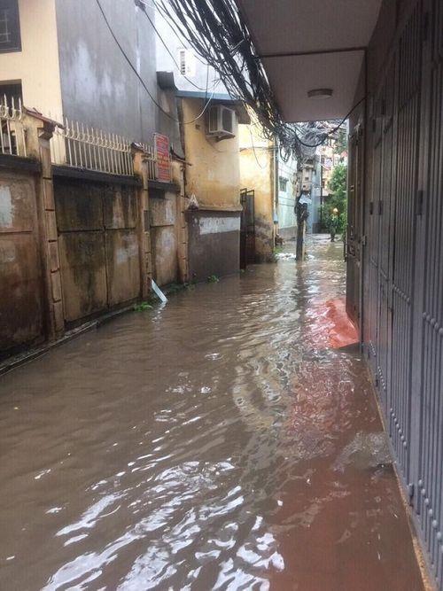 Mưa lớn, nhiều nơi ở Hà Nội chìm trong biển nước - Ảnh 4
