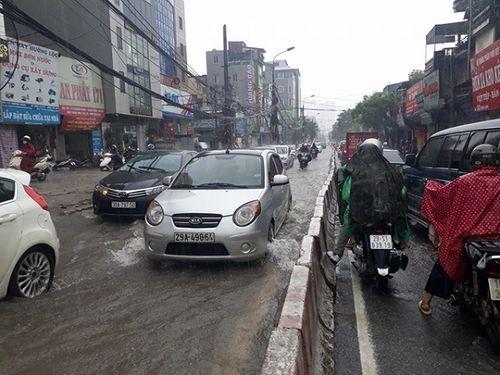 Mưa lớn, nhiều nơi ở Hà Nội chìm trong biển nước - Ảnh 2