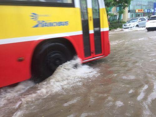 Mưa lớn, nhiều nơi ở Hà Nội chìm trong biển nước - Ảnh 3