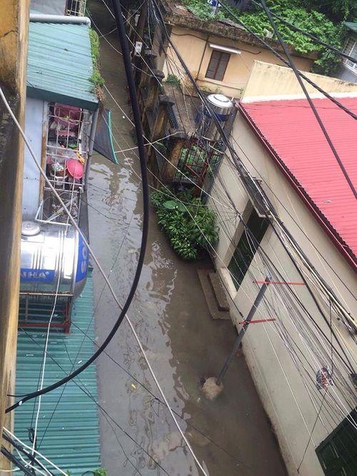 Mưa lớn, nhiều nơi ở Hà Nội chìm trong biển nước - Ảnh 5