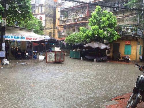 Mưa lớn, nhiều nơi ở Hà Nội chìm trong biển nước - Ảnh 6