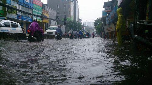 Mưa lớn, nhiều nơi ở Hà Nội chìm trong biển nước - Ảnh 7