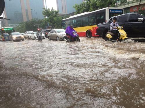 Mưa lớn, nhiều nơi ở Hà Nội chìm trong biển nước - Ảnh 8