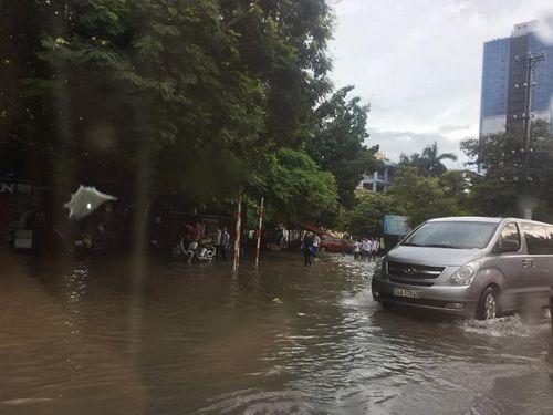 Mưa lớn, nhiều nơi ở Hà Nội chìm trong biển nước - Ảnh 9
