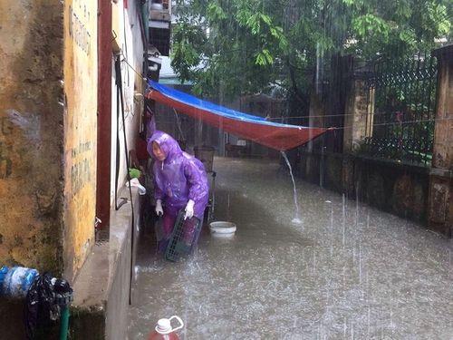 Mưa lớn, nhiều nơi ở Hà Nội chìm trong biển nước - Ảnh 10