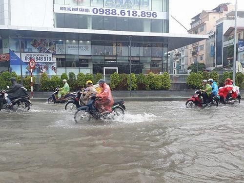 Mưa lớn, nhiều nơi ở Hà Nội chìm trong biển nước - Ảnh 11