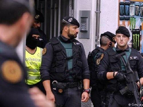 Nghi phạm lái xe tải khủng bố tại Barcelona bị truy lùng gắt gao - Ảnh 2